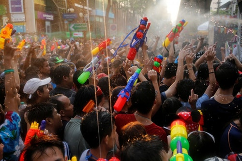 Revellers react during a water fight at Songkran Festival celebrations in Bangkok April 13, 2016. REUTERS/Jorge Silva - RTX29RQW
