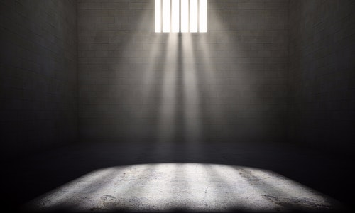 監獄_Interior of a prison cell with light shining through a barred window