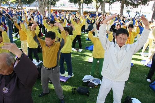 Falun_Dafa_the_second_exercise_standing_